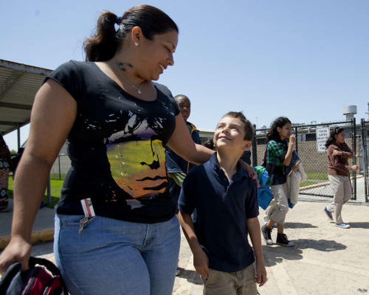 En la escuela McDade, una de las primarias que podrían resultar clausuradas por el HISD, Yesenia Alejandro y su hijo, Alfonso, de 7 años, habían encontrado un lugar para que él recibiera la atención adecuada, dice la madre. Ahora se enfrentan a la incertidumbre de cómo será el próximo año escolar.