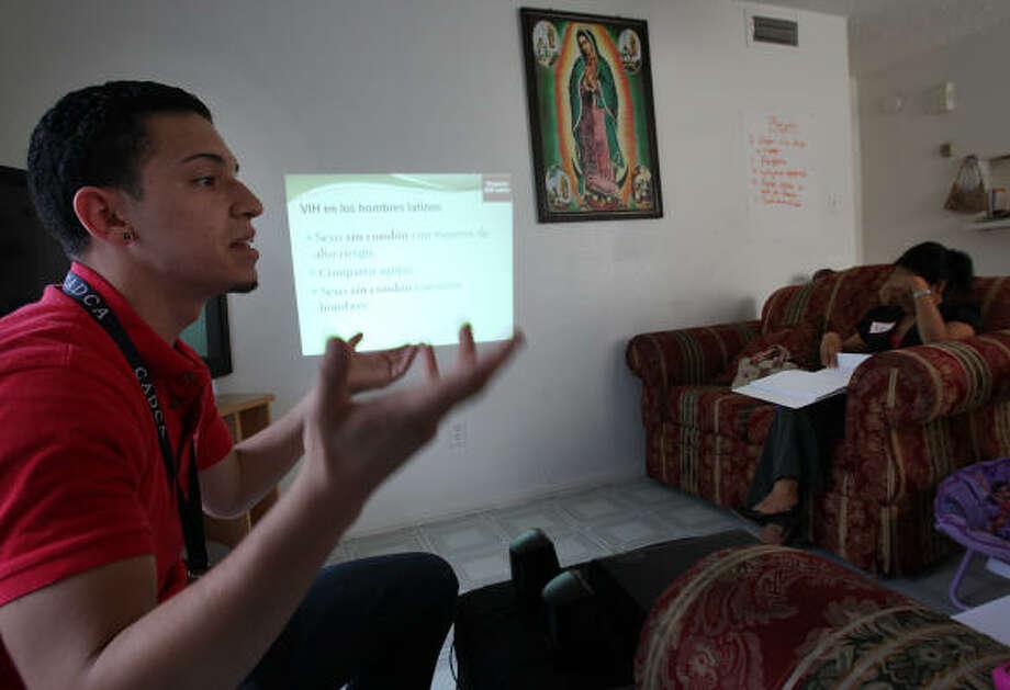 Jorge López, de FLAS, habla sobre riesgo de contagio en el sexo entre hombres a varias mujeres. Photo: Mayra Beltran, La Voz