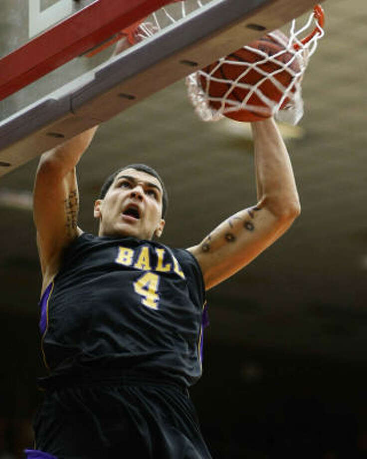 Ball's Mike Evans throws one down in the first quarter of Monday night's win. Photo: Nick De La Torre, Chronicle