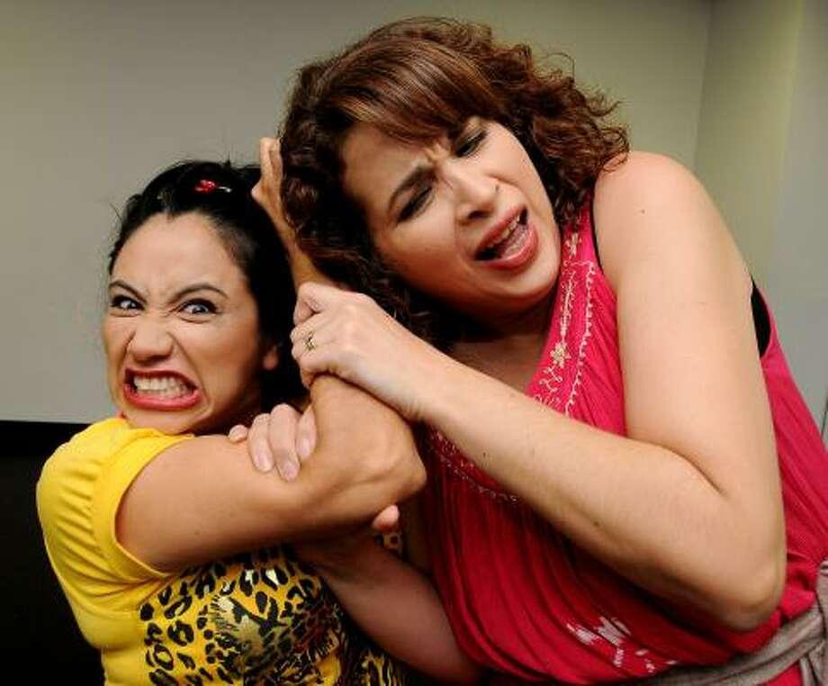 Epig Domínguez y Adelina Venegas (izq. y der.) muestran una historia que analiza los estragos del machismo sobre dos mujeres de clases sociales diferentes. Photo: Dave Rossman, Para La Voz
