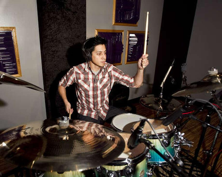 Isaías Gil, en el estudio de un amigo, comparte su oficio en grupos que van del rock a la salsa, pop, punk y en una banda de música cristiana cada domingo. Photo: James Nielsen, Houston Chronicle