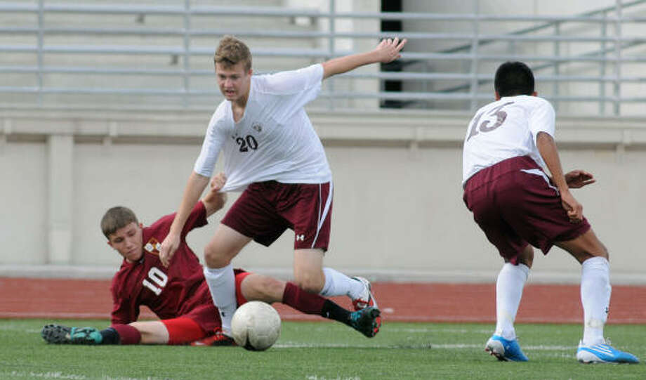 Cinco Ranch's Conner Fulton breaks away from Deer Park's Austin Fletcher. Photo: Jerry Baker, For The Chronicle