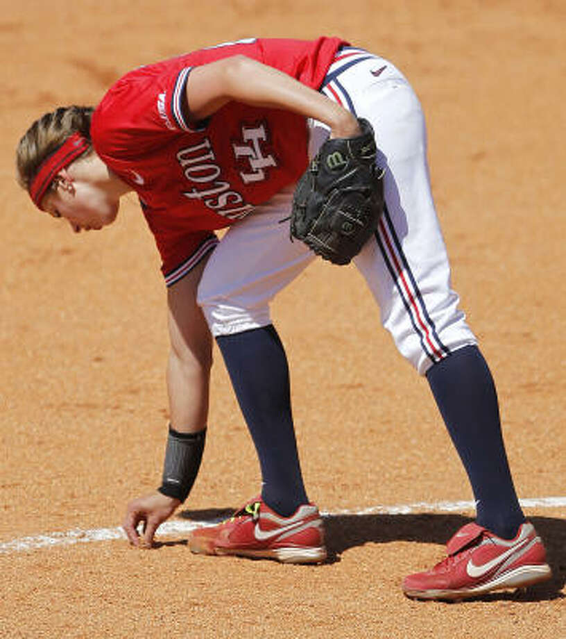 UH pitcher Amanda Crabtree grabs a pinch of dirt as part of her routine between innings. Photo: Cody Duty, Chronicle