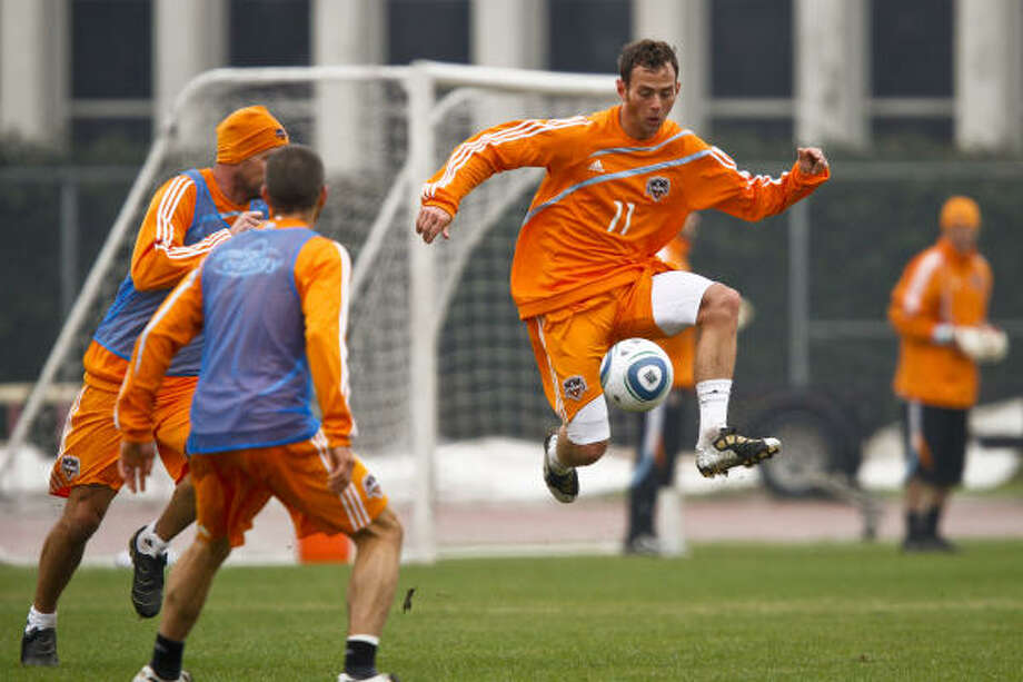 Dynamo midfielder Brad Davis (11) has a swollen and infected left heel. Photo: Michael Paulsen, Chronicle
