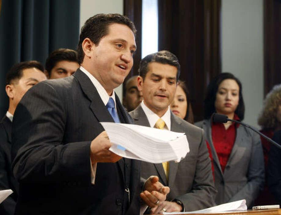 El demócrata Trey Martinez Fischer (izq.) presenta la propuesta del presupuesto estatal en el Capitolio, en Austin. Photo: Michael Ainsworth, AP