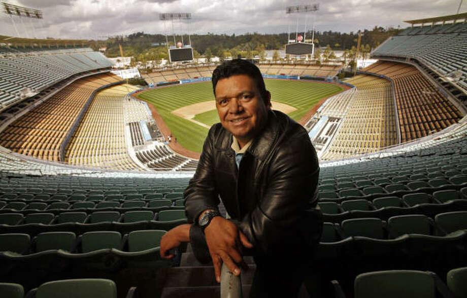 'El Toro de Etchohuaquila' posa antes de la apertura de la temporada 2011 en el Dodger Stadium de Los Ángeles, California, donde acumuló gratos recuerdos a lo largo de su exitosa carrera en las Grandes Ligas y donde también gozó del cariño de los aficionados. Photo: Al Seib, MCT