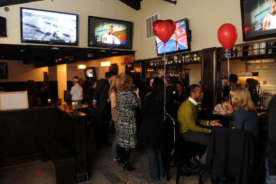 La barra es uno de los puntos de reunión de  los clientes de Distillery. Photo: Dave Rossman, Para La Voz