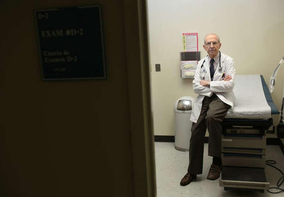 Saturación de pacientes: ésa es la preocupación ante los recortes a Medicaid del Dr. Carlos Vallbona, director médico de los centros comunitarios de salud del Distrito Hospitalario de Harris, que atiende en la clínica Casa de Amigos. Photo: Mayra Beltran, La Voz