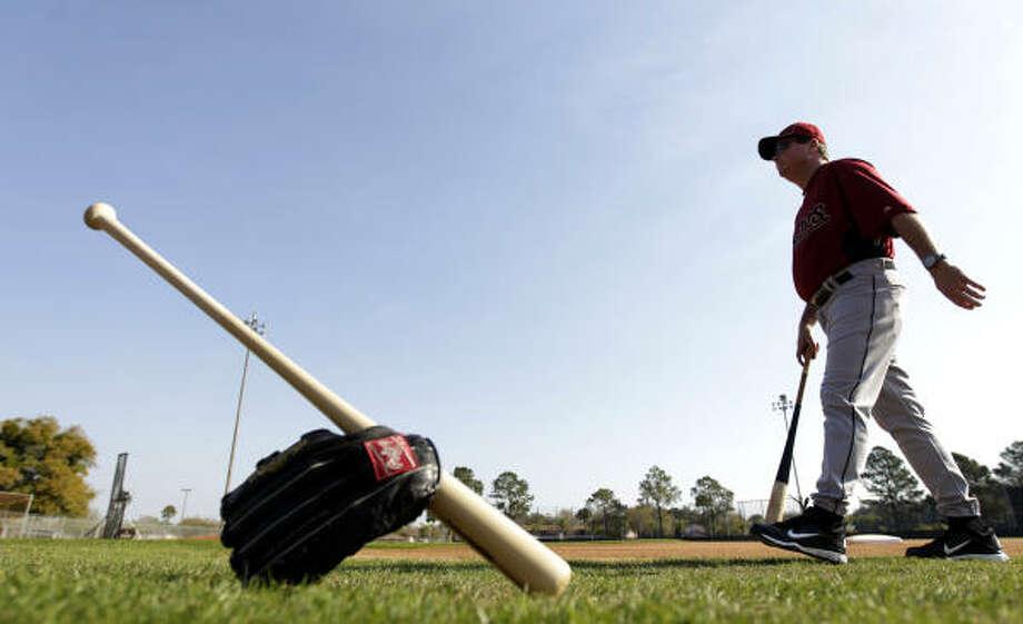 El bate y el guante esperan por la llegada de algunos de los peloteros de los Astros mientras el nuevo coach de bateo Mike Barnett camina en busca de ellos durante una de las prácticas de la pretemporada del equipo de Houston en Kissimmee, Florida. Photo: Karen Warren, Houston Chronicle
