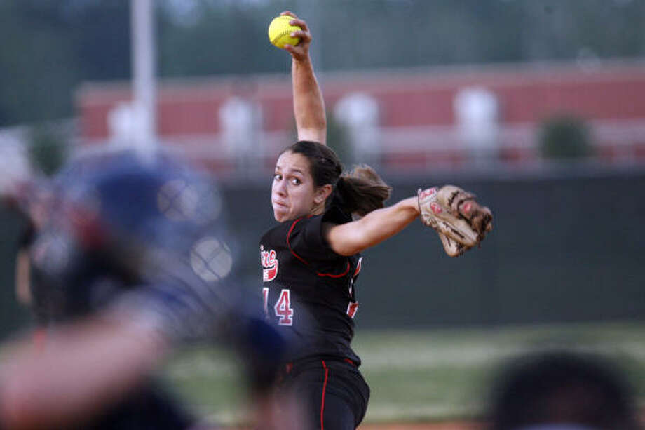Bellaire's Gabby Smith and the area's other pitchers have been forced to adjust to throwing from 43 feet. Photo: Johnny Hanson, Chronicle