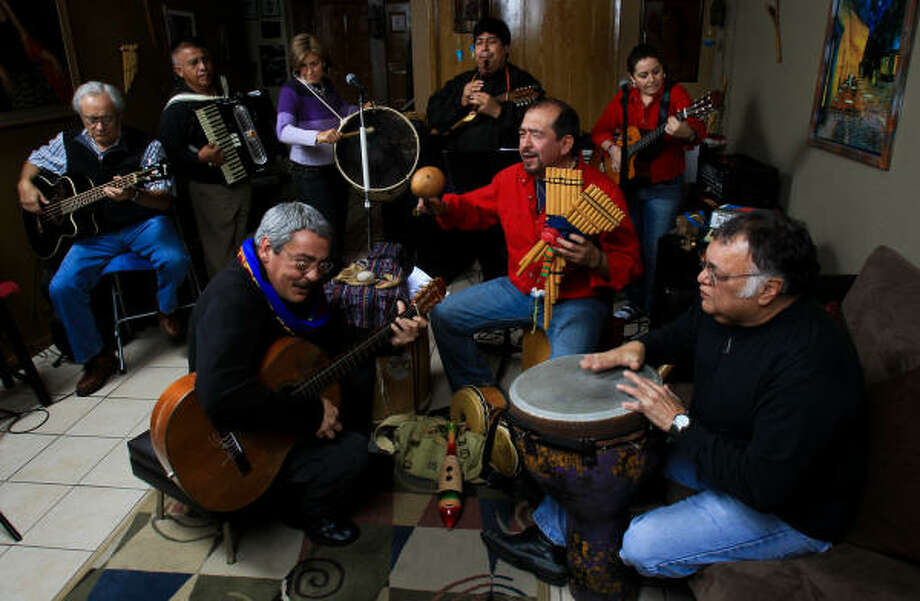 Barandúa representa todo el sabor y los aromas del folclore latinoamericano merced a que entre sus integrantes hay artistas de Estados Unidos, Argentina, España, México, Bolivia y Perú. Photo: Nick De La Torre, Houston Chronicle