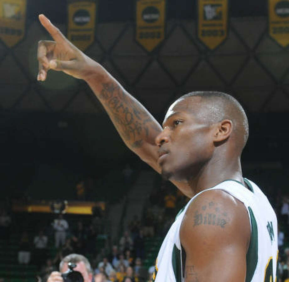 Baylor's LaceDarius Dunn thanks the crowd after becoming Baylor's all-time leading scorer on Tuesday night. Photo: Rod Aydelotte, AP
