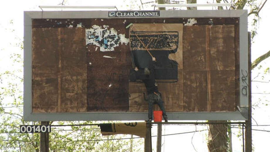 Al poner un póster, en un lugar sin permiso, estos artistas houstonianos pueden ser arrestados. Photo: Cortesía De Álex Luster