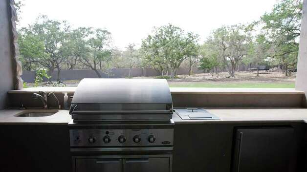 Carrie Combs outdoor kitchen at Stonecreek Ranch in Fair Oaks Ranch, Monday, July 18, 2011.  Combs outdoor kitchen features a grill, deep fryer, mini fridge and beer tap. Photo: SALLY FINNERAN, SALLY FINNERAN/sfinneran@express-news.net / sfinneran@express-news.net