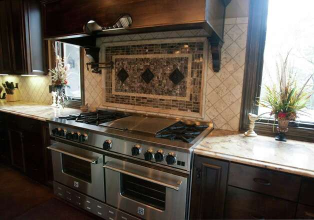 Carrie Combs kitchen at Stonecreek Ranch in Fair Oaks Ranch, Monday, July 18, 2011. Photo: SALLY FINNERAN, SALLY FINNERAN/sfinneran@express-news.net / sfinneran@express-news.net