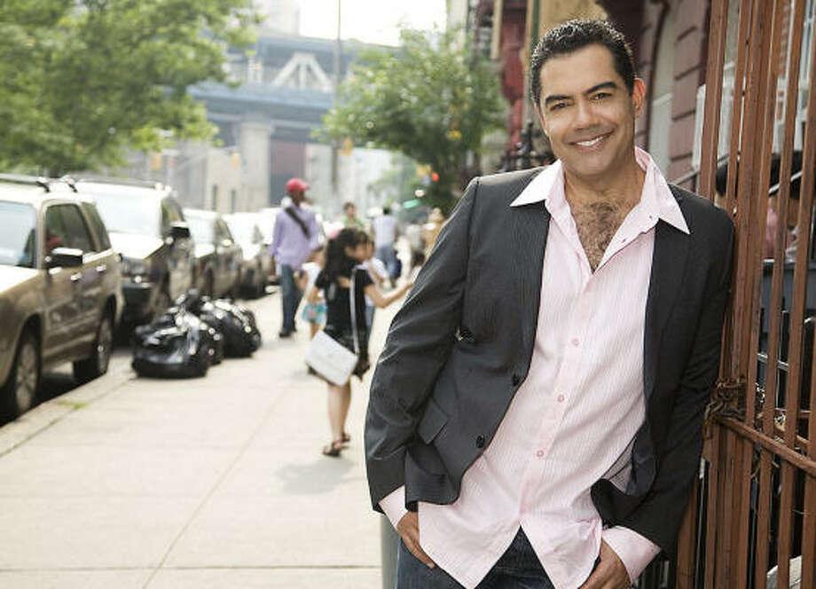 Carlos Gómez: hace el papel del médico forense Carlos Sánchez en la serie policiaca The Glades, de A&E Network. Photo: AR Entertainment