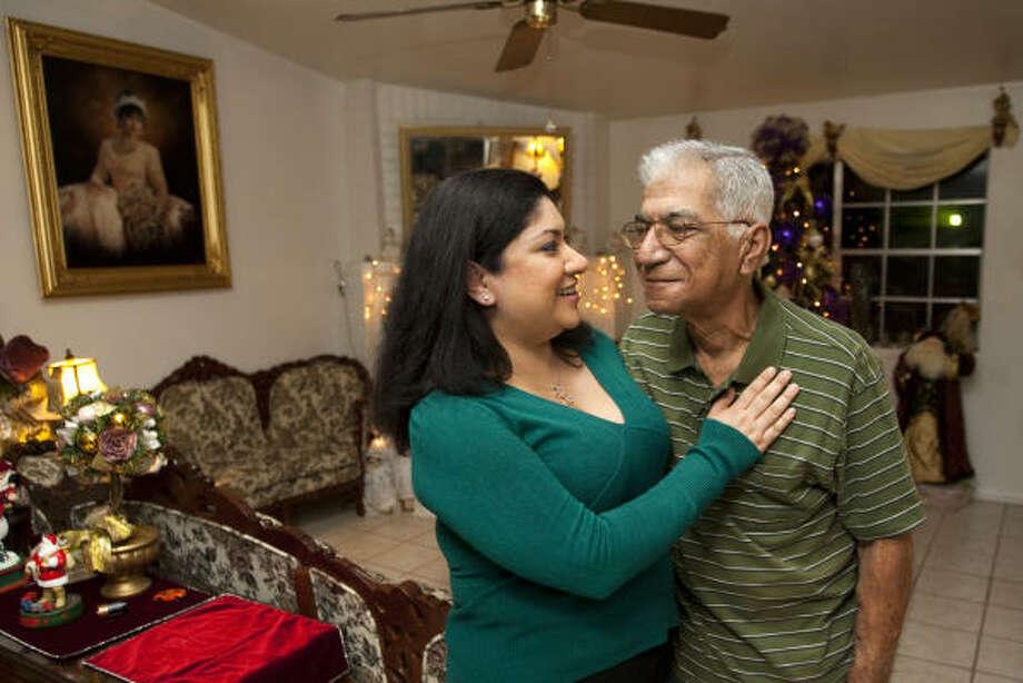 Iza García abraza a su padre, David García. Photo: Brett Coomer, La Voz