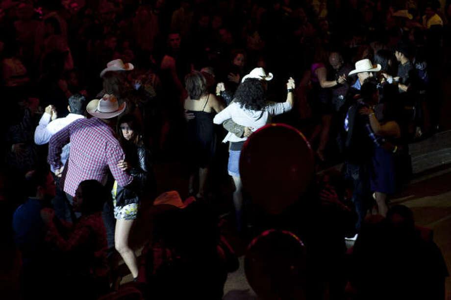 Los clientes toman el salón para bailar con claves muy definidas. Photo: Nathan Lindstrom, Para La Voz