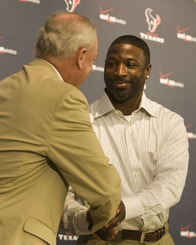 Texans owner Bob McNair congratulates Aaron Glenn on his retirement.