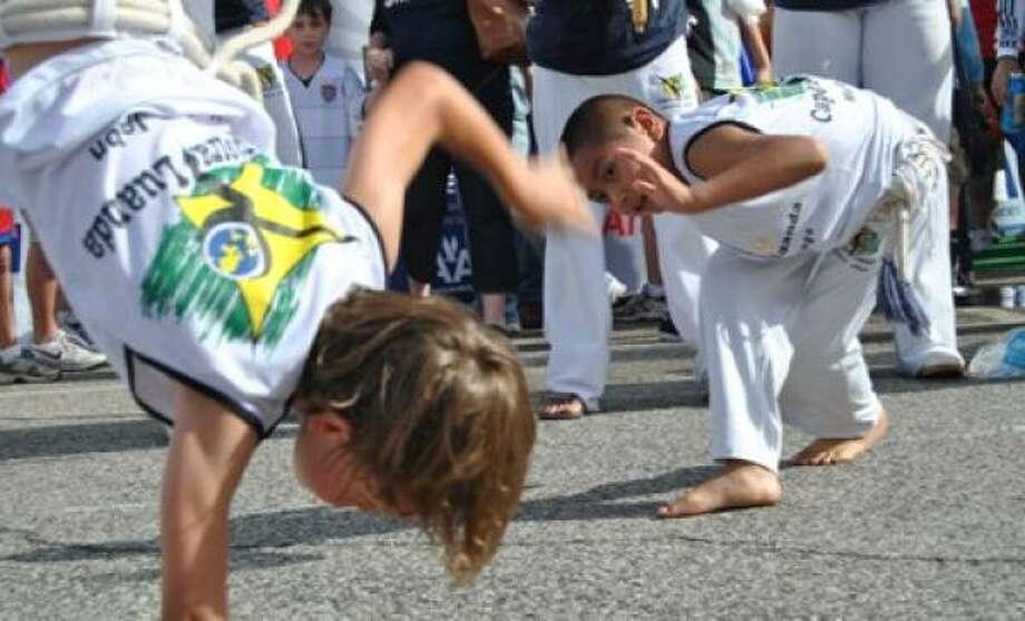 Un grupo de nIños practica capoeira. Photo: ALL