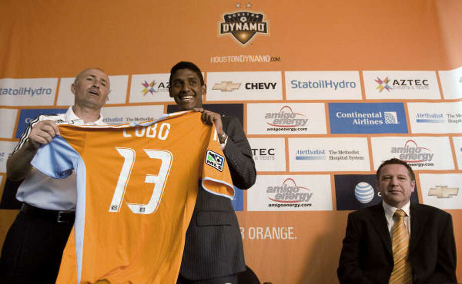 Fernando Navas Cobo signed his contract in front of Dynamo coach Dominic Kinnear. Photo: Julio Cortez, Chronicle