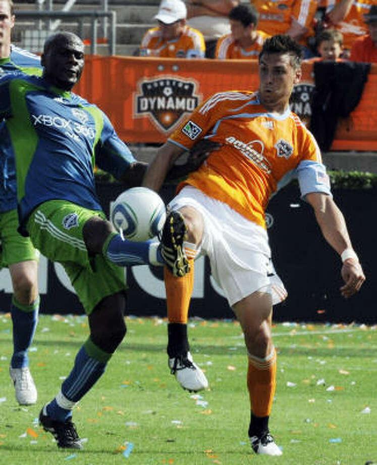 Geoff Cameron, der., disputa el balón con Blaise Nkufo durante la victoria 2-1 del Dynamo, el sábado, en el estadio Robertson de UH frente a los Sounders de Seattle. Photo: Pat Sullivan, AP