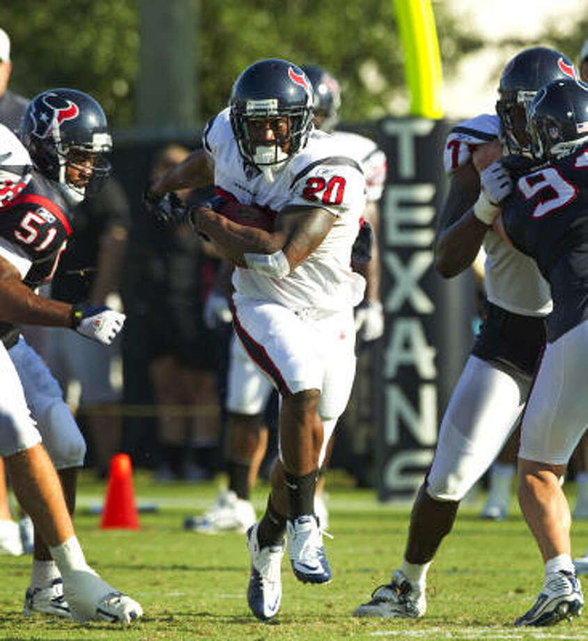 Steve Slaton breaks through a hole as he runs the ball during training camp drills. Photo: Brett Coomer, Chronicle