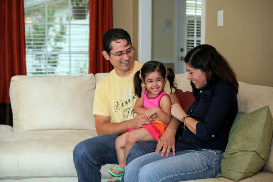 Verónica Sánchez, su esposo Randy y la hija de ambos, Sofìa, disfrutan de su nueva casa en Katy. Photo: HOLLY DUTTON, PARA LA VOZ