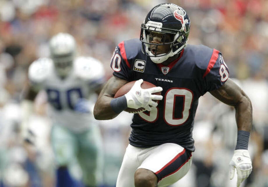 Texans receiver Andre Johnson runs the ball against the Cowboys during the second quarter of their game at Reliant. Photo: Karen Warren, Chronicle