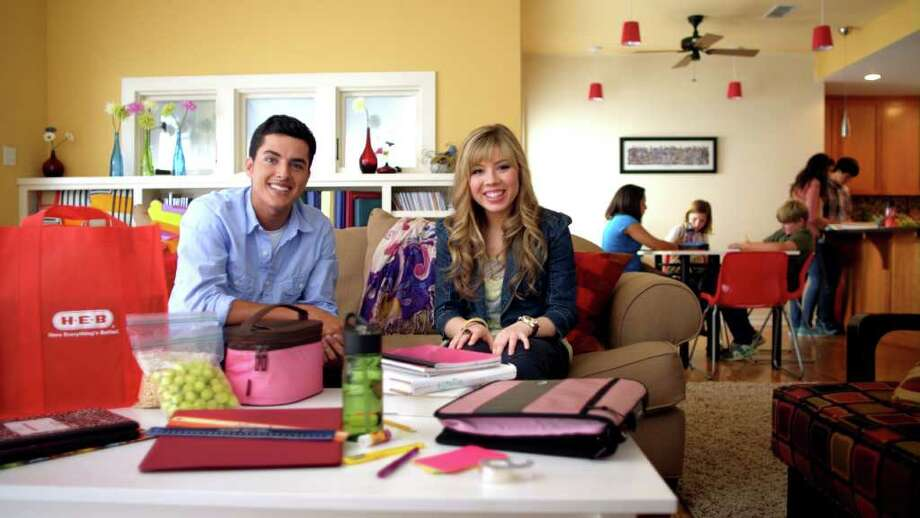 """iCarly"" co-star Jennette McCurdy stars in a new H-E-B back-to-school ad campaign. This screenshot is from a Spanish commercial for the campaign."