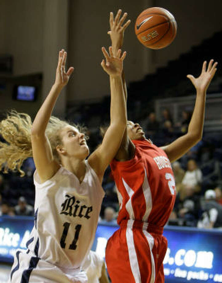 Rice's Megan Elliott and UH's Courtney Taylor reach for rebound. Photo: Melissa Phillip, Chronicle