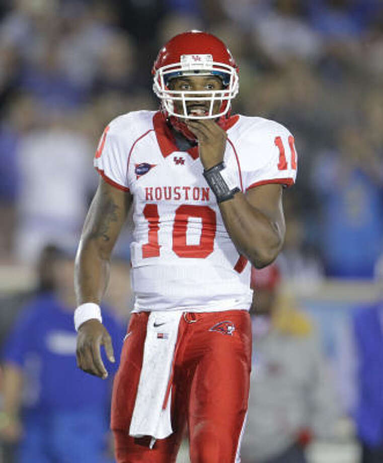 Terrance Broadway directed two scoring drives in his debut against UCLA. Photo: Nick De La Torre, Houston Chronicle