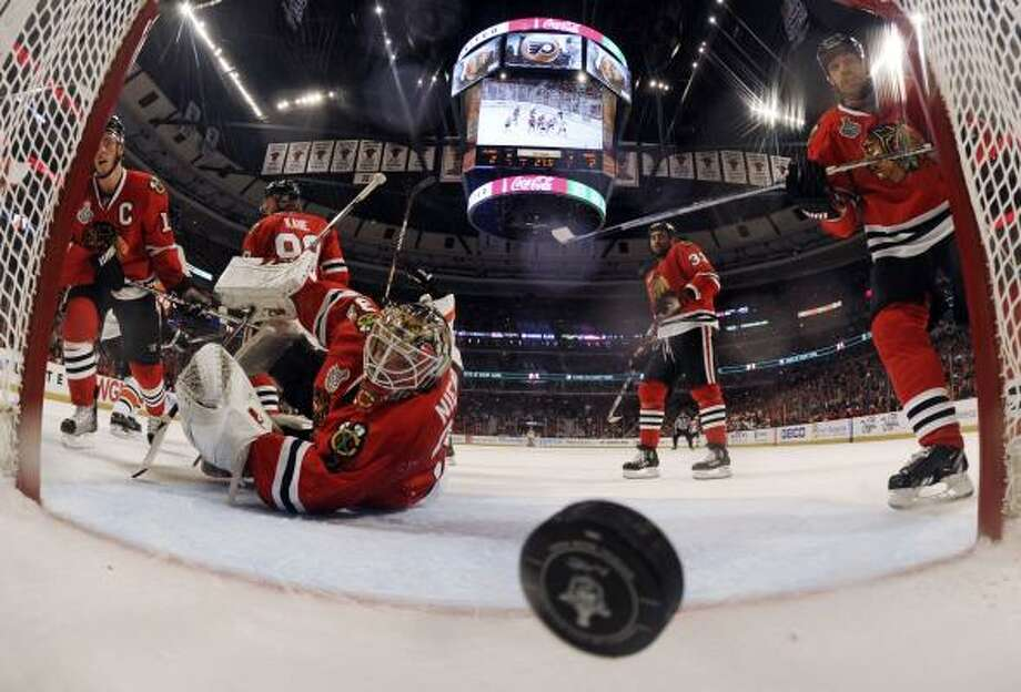 Blackhawks goalie Antti Niemi watches a shot by Flyers center Danny Briere enter the goal. Photo: Bruce Bennett, AP