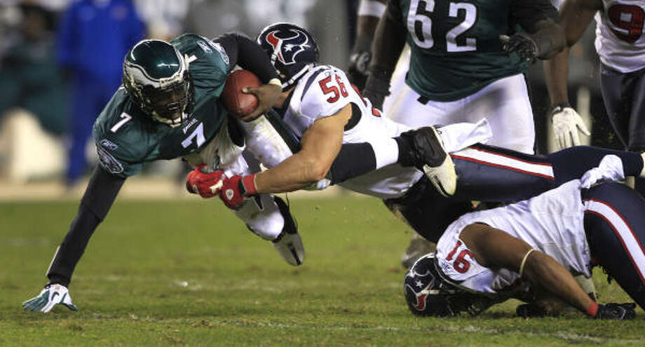 Texans linebacker Brian Cushing brings down Eagles quarterback Michael Vick. Photo: Brett Coomer, Chronicle