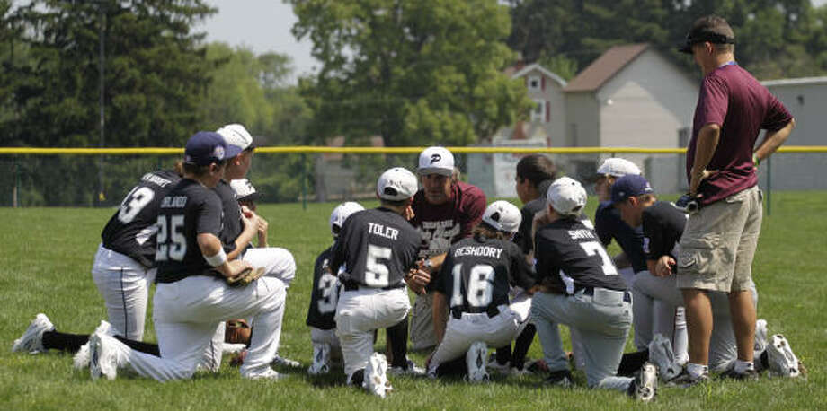 Pearland manager Mike Orlando, center, imparts some last-minute words of wisdom to his players before a practice session. Photo: Karen Warren, Chronicle
