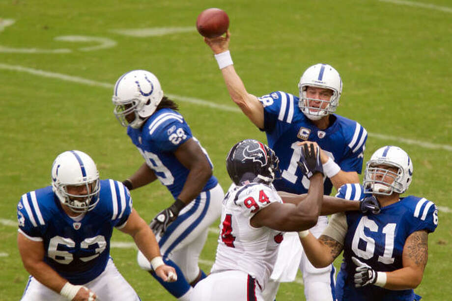 Colts quarterback Peyton Manning torched the Texans for 433 yards in the Texans' 34-24 victory over the Colts at Reliant Stadium. Photo: Smiley N. Pool, Chronicle
