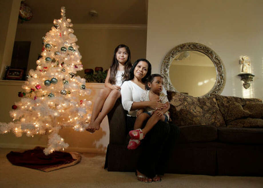 Maria Aviles, center, and her daughters Karla Samanta Aviles, 8, left, and Sara Resendiz, 2 Photo: Julio Cortez, Chronicle