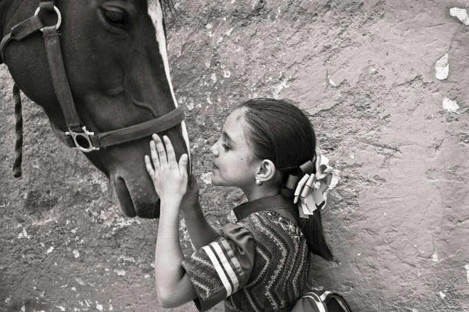 En la charrería hay una gran presencia de niños que desde muy pequeños, y casi siempre por tradición familiar. se vinculan al mundo de los caballos, dice la fotógrafa Julia Vizcarra. Photo: JULIA VIZCARRA BERMEJO