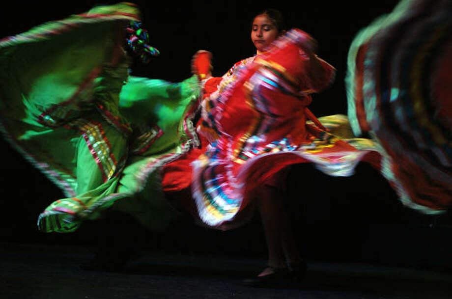 El grupo infantil baila el son La Negra, una de las piezas emblemáticas de la música mexicana. Photo: Shaminder Dulai, Para La Voz