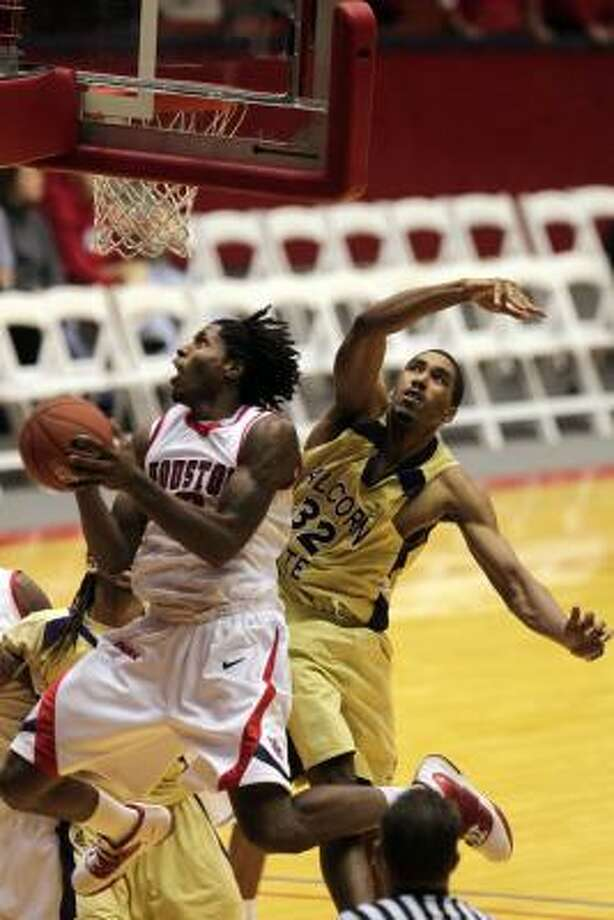 UH's Maurice McNeil goes up for two of his 19 points against Alcorn State on Sunday. Photo: Johnny Hanson, Chronicle