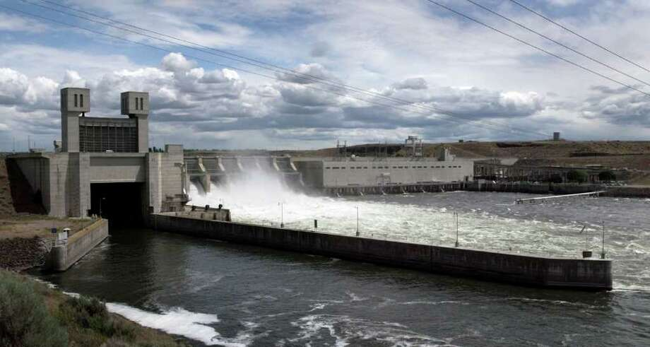 A view of Ice Harbor Lock and Dam on the lower Snake River, June 6, 2005 near Burbank, Washington. In late May 2005, a federal judge in Portland, Oregon rejected the Bush administration's $6 billion plan to improve dams on the lower Snake River and Columbia River ruling it failed to protect threatened and endangered salmon under the Endengered Species Act. Ice Harbor is one of four dams on the lower Snake River that environmentalists and others want to see breached in an effort to restore the dwindling salmon runs in the Pacific Northwest. Photo: Jeff T. Green, Getty Images / 2005 Getty Images