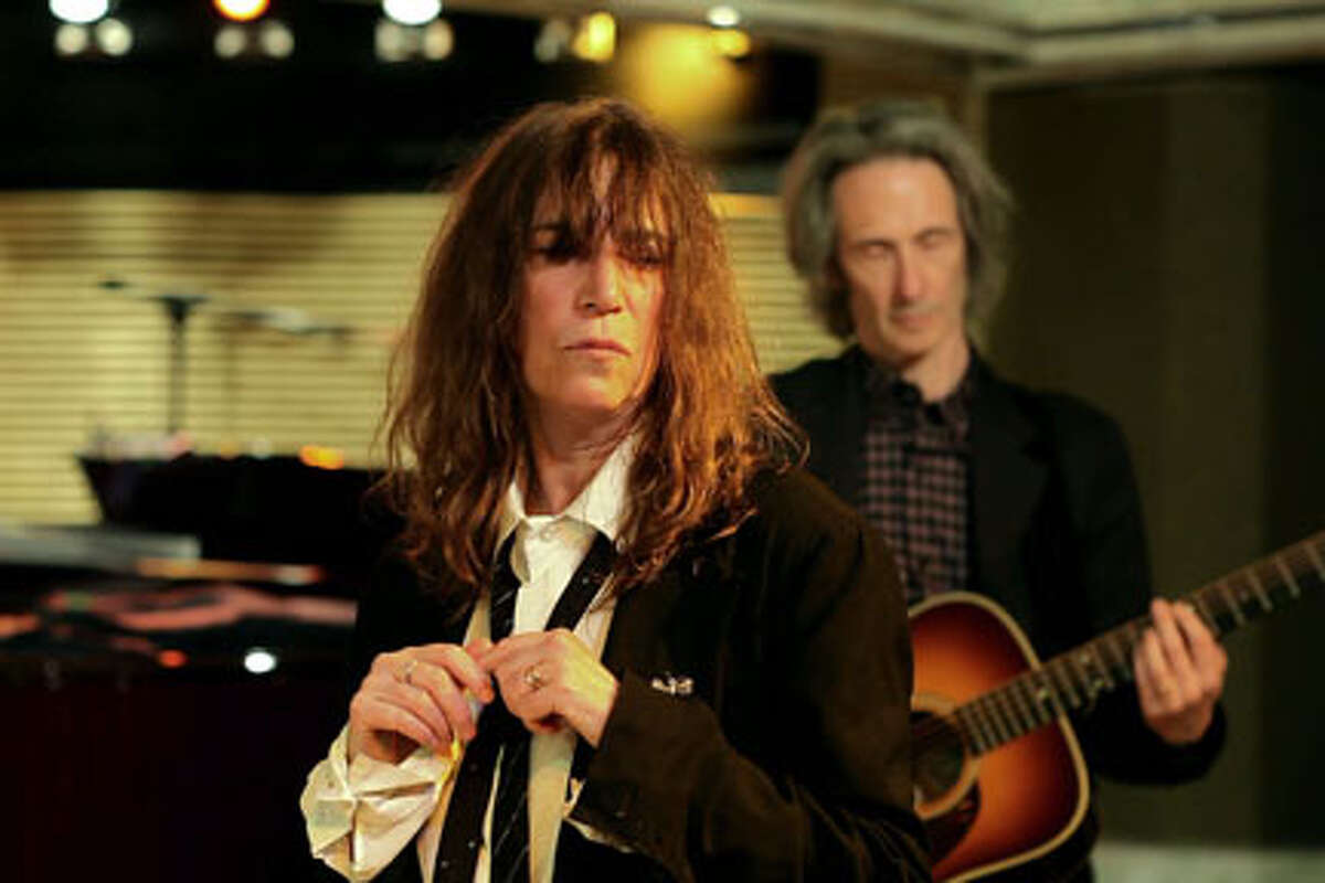Patti Smith as La chanteuse in