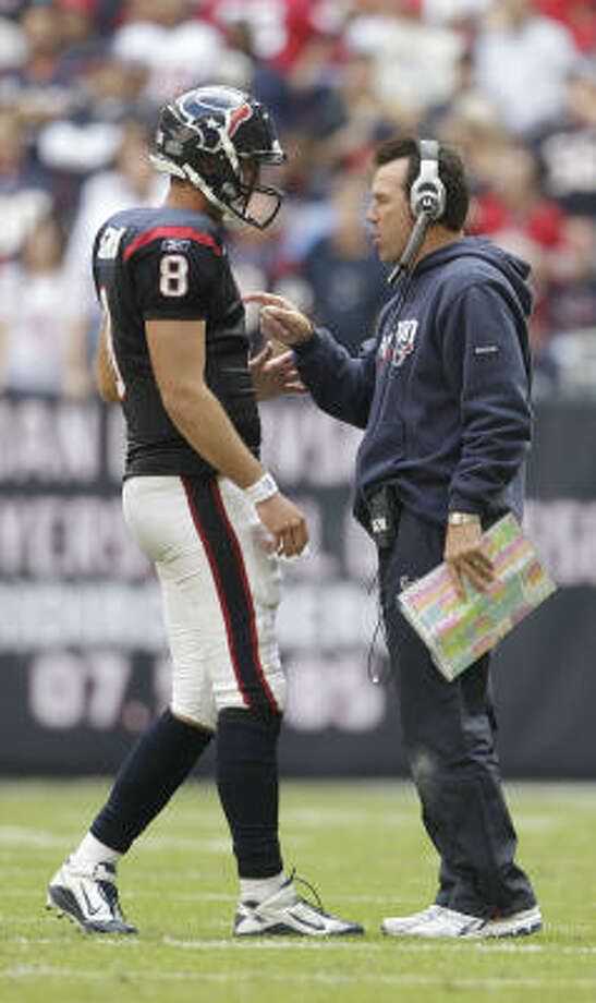 Texans coach Gary Kubiak talks to quarterback Matt Schaub. Photo: Karen Warren, Chronicle