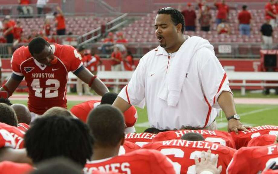 Mikado Hinson leads UH players in prayer after the Tulane game. Photo: NICK De La TORRE PHOTOS, Chronicle