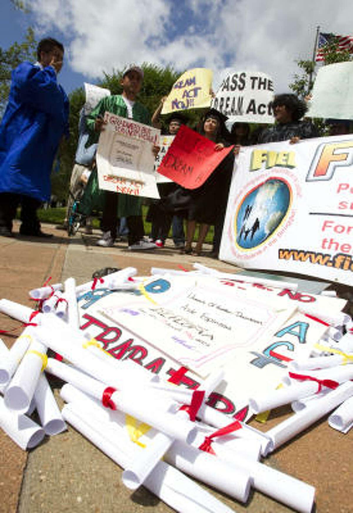 Diplomas simbólicos: en una manifestación de apoyo al Dream Act en el downtown de Houston.