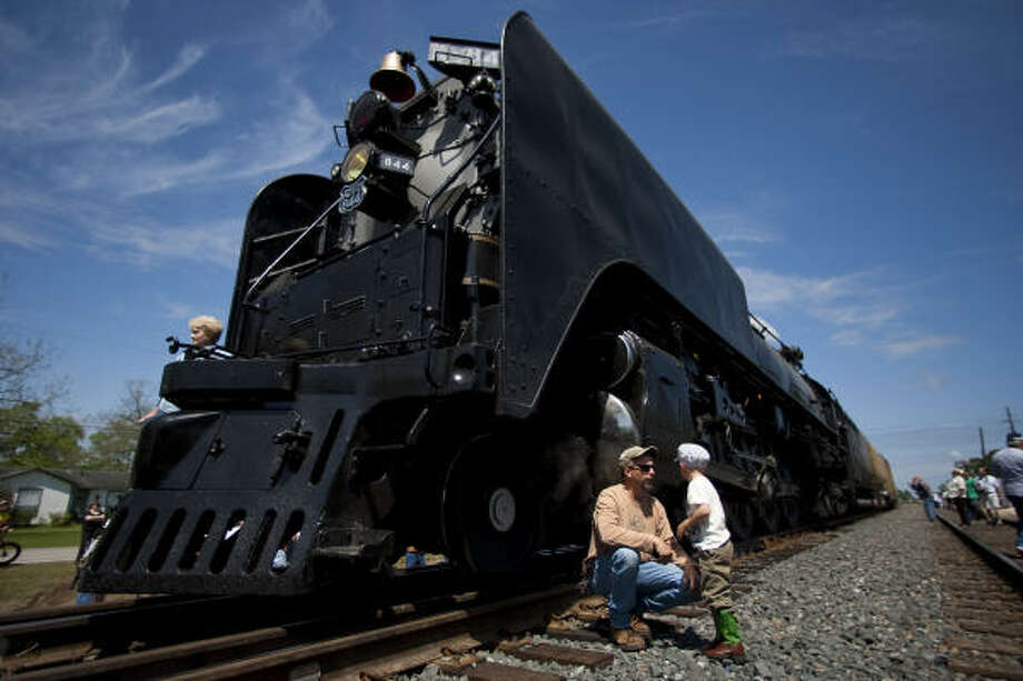 John Duke, left, and his 4-year-old son Harmon check out Union Pacific 844 on Sunday in Houston. Photo: Nick De La Torre, Chronicle
