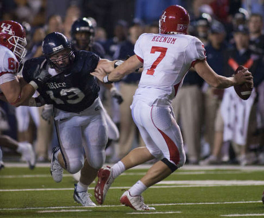 Scott Solomon applies pressures on UH quarterback Case Keenum in 2008. Photo: Chronicle