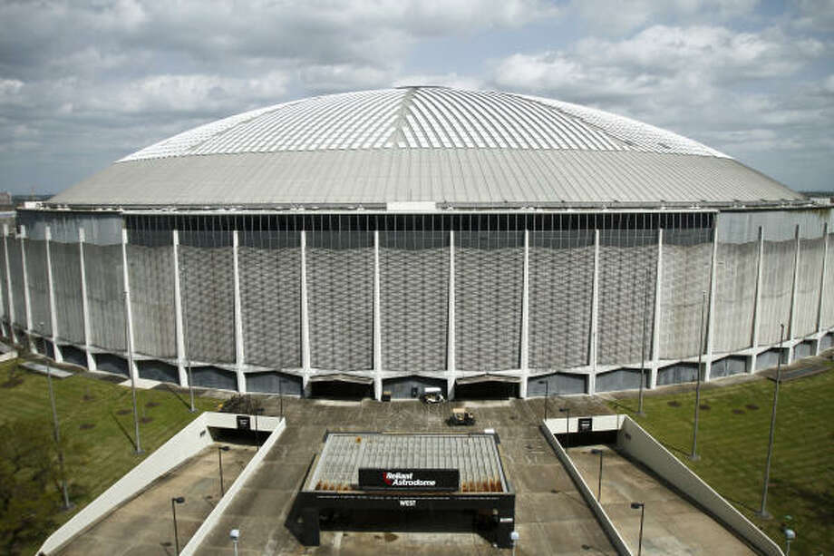 The Astrodome's debt and interest payments, which will total more than $2.4 million this year, would have to be considered in any redevelopment deal, one official said. Photo: Michael Paulsen, Chronicle