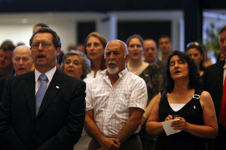 Daniel O. Deodato (izq.), cónsul general de Argentina, canta el himno nacional de su país durante la celebración del Día de la Independencia argentina, en el Museum of Fine Arts Houston el 25 de mayo. Photo: Johnny Hanson, La Voz