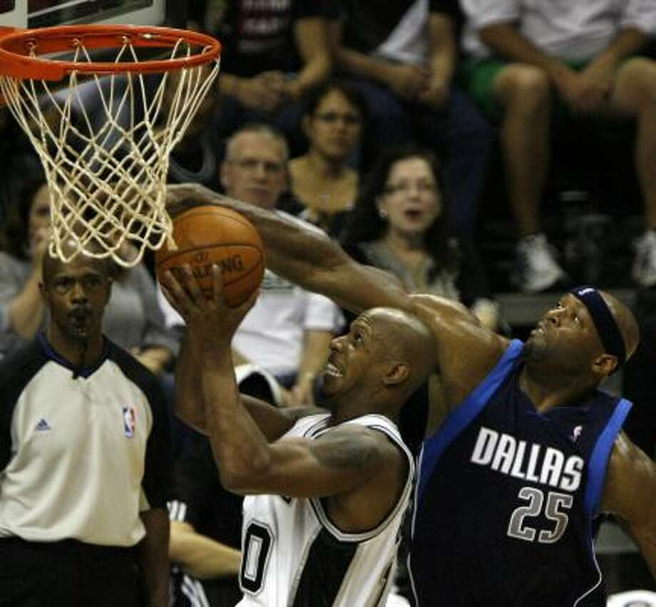 Erick Dampier, right, played the last six seasons with Dallas, getting traded for financial purposes and ultimately waived by Charlotte. Photo: MICHAEL MILLER, San Antonio Express-News